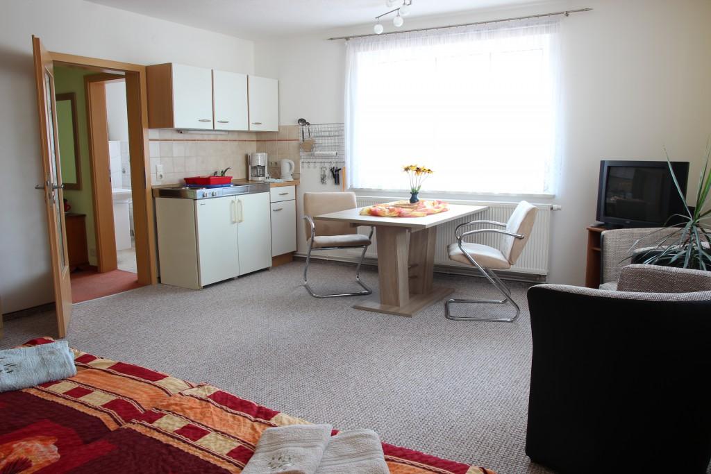 Wohn- und Küchenbereich der Ferienwohnung Eibenstein